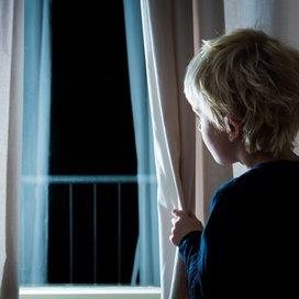 Afbeelding: Iemand die door het raam kijkt.