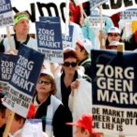 Thuiszorgmedewerksters demonstreren voor baan