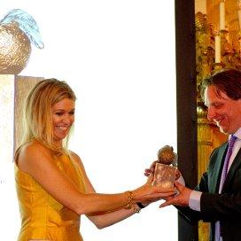 Prinses Maxima overhandigd op Paleis Noordeinde de Appeltjes van Oranje 2012 aan de winnaar COOLzaad van Stichting BuurtLAB uit Rotterdam.