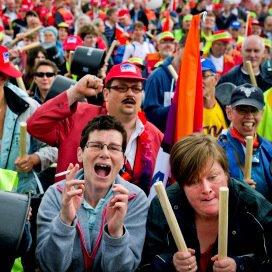 Arbeidsgehandicapten demonstreren tegen de bezuinigingen op de sociale werkplaatsen.