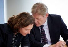 Minister Edith Schippers en staatssecretaris Martin van Rijn voorafgaand aan de ondertekening van het zorgakkoord.