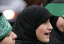 Moslimjongeren protesteren tegen spotprent Mohammed