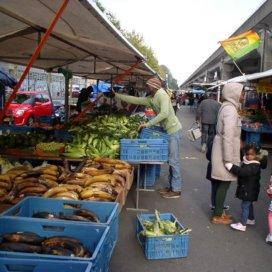 De weekmarkt in de Bijlmer K-buurt.