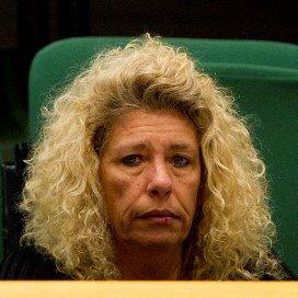 De moeder van Brandon zit op de publieke tribune in de Tweede Kamer tijdens het spoeddebat over de vastgebonden gehandicapte jongen. (januari 2011)