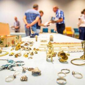 Bezoekers kijken naar de gestolen sieraden die werden gevonden in het huis van een 31-jarige vrouw uit Utrecht. Die bleek 400 tot 500 bejaarden in verzorgingshuizen te hebben bestolen.