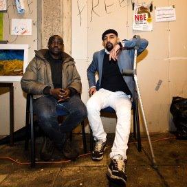 De uitgeprocedeerde asielzoekers Younis Omar (L) en Allaa Aldullaimi uit Irak in de Vluchtkerk in Amsterdam.