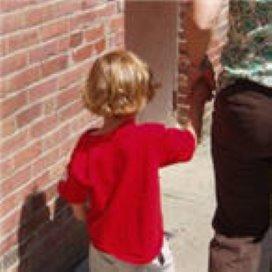 Gezinshulp ontvoert mishandelde jongen