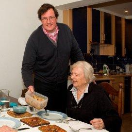 De 82-jarige mevrouw Bos was het helemaal zat om diepvriesmaaltijden te eten. Gelukkig komt nu thuiskok Willem iedere week langs.