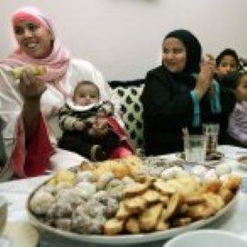 Buurtbewoners samen aan de iftar-maaltijd