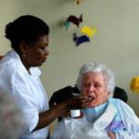 Verzorgenden en verpleegkundigen verstikt door regels