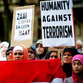 Deelnemers aan een anti-ISIS demonstratie op het Haagse Plein.