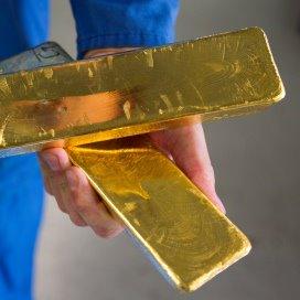 Het OM vermoedt dat de oplichter voor 4 ton aan goud heeft gekocht.