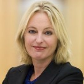 Bussemaker wil snelle overdracht AWBZ-taken naar verzekeraars