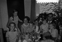 Burgemeester van Uitgeest Hein Aalders en zijn echtgenote namen in 1968 drie kinderen op in hun gezin. De kinderen verloren hun ouders bij een auto-ongeluk in Australië.