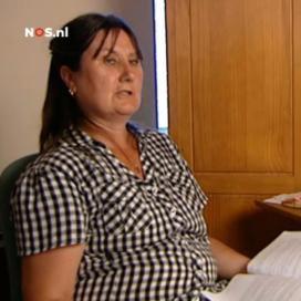 De zus van Roelie bekijkt de camerabeelden van het incident tijdens de reportage van Nieuwsuur.