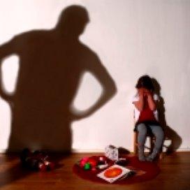 Kindermishandeling pak je sámen aan