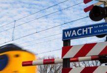 Bloemen bij de spoorwegovergang in Staphorst waar een 15-jarig meisje zelfmoord heeft gepleegd