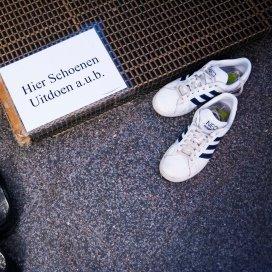 Schoenen bij de ingang van een moskee.