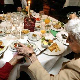 Kerstboom en diner voor duizenden ouderen