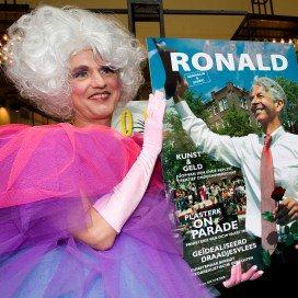 Entertainster Dolly Bellefleur met de 600ste editie van de gaykrant. Ronald Plasterk was gasthoofdredacteur.