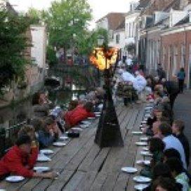 Met een model aan de langste eettafel van Nederland