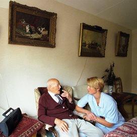 Minder personeel in de ouderenzorg