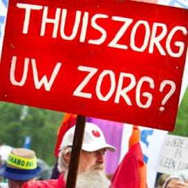 Medewerkers van de Achterhoekse thuiszorginstelling Sensire lopen mee in een protestmars door Borculo.