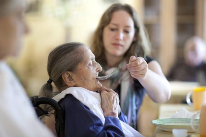 Hoe voorkom je dat je cliënt met dementie vergeet te eten?