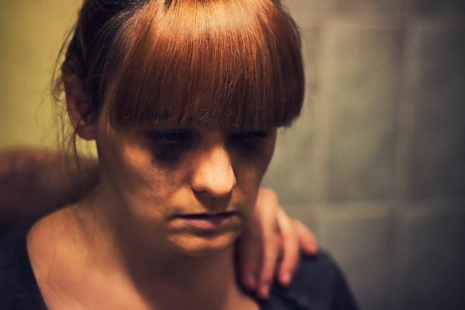 Professionals hebben te weinig oog voor de wisselwerking tussen financiële problemen en geweld of trauma.
