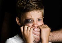 Blijf de tijd nemen voor slachtoffers van kindermishandeling, investeer in het vertrouwen en wees terughoudend met medicatie.