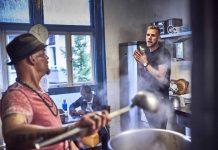 Foto van twee mannen in de keuken