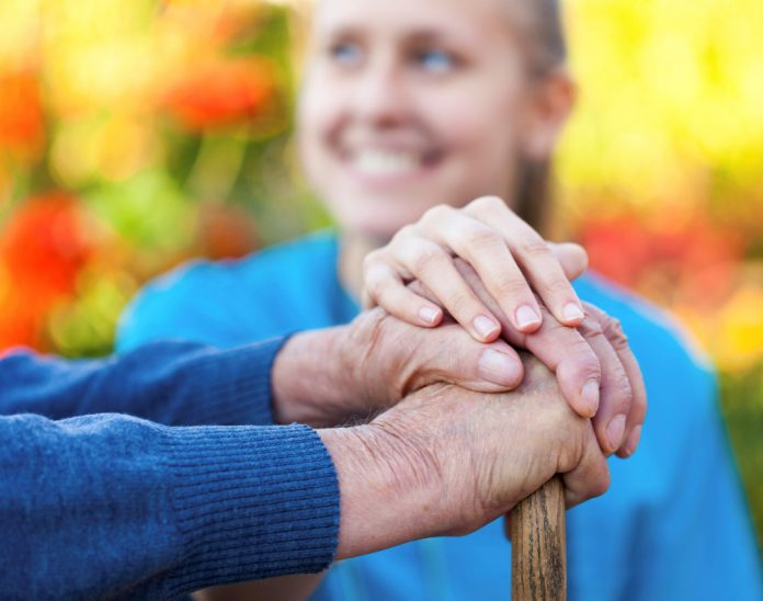professional stelt oudere met stok gerust