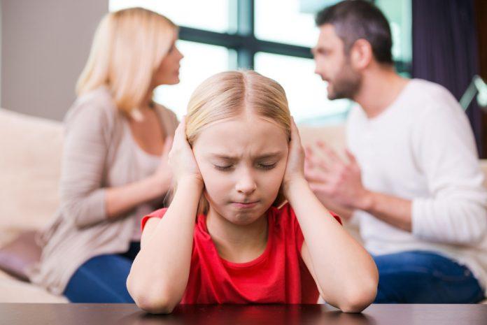 foto van ruziende ouders met kind