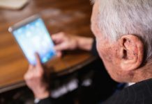 oudere man met tablet