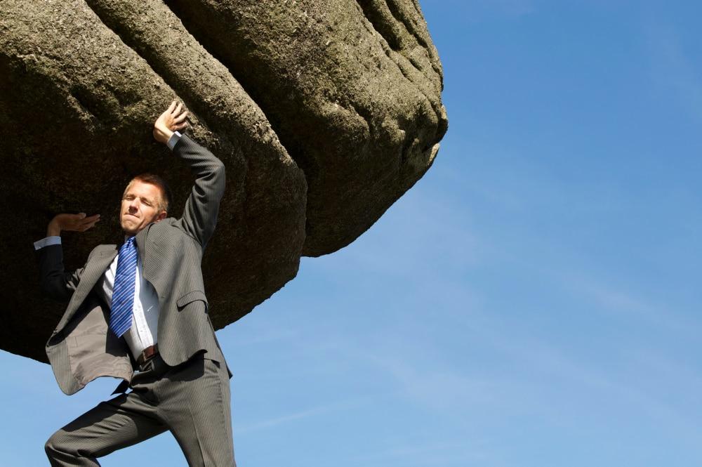 Foto man die steen probeert te verplaatsen