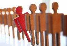 animatie van rij poppetjes waar een rood poppetje uitvalt