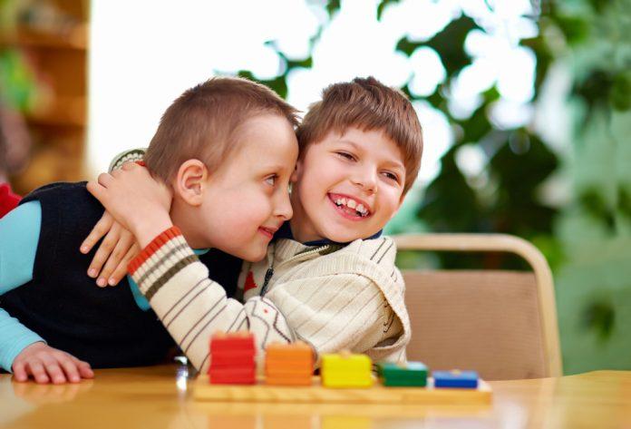 twee kinderen knuffelen