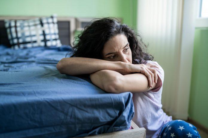 vrouw alleen in slaapkamer