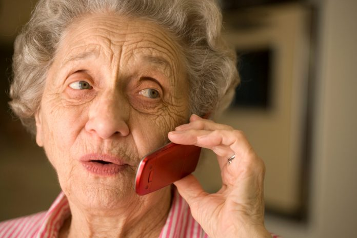 oudere vrouw die mobiel belt