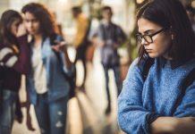 Jongeren die lang gepest zijn, zijn bijvoorbeeld extra gevoelig voor uitsluiting.