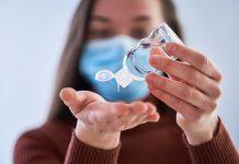 vrouw met desinfectiemiddelen