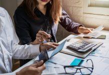 Sociaal werker helpt client met financiën, waardoor zorgmijding afneemt.